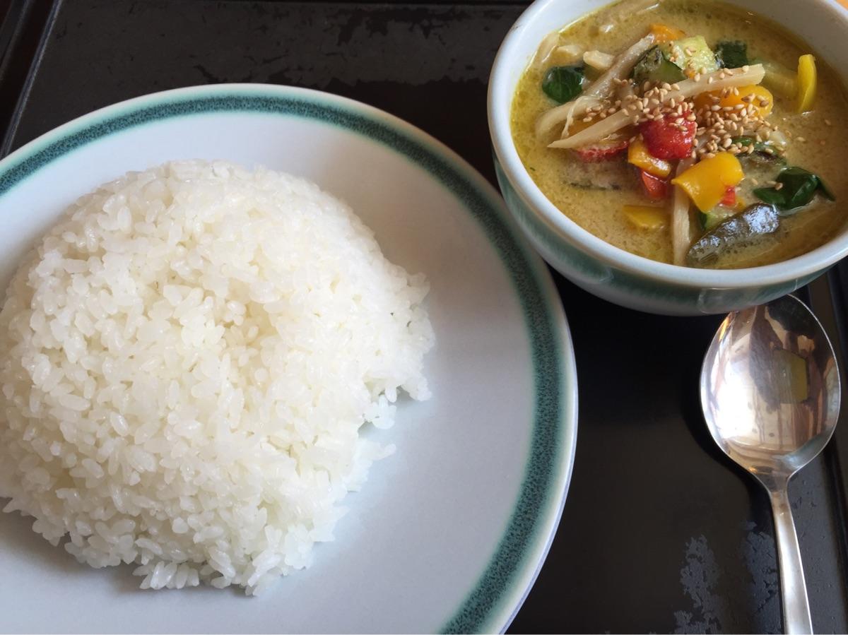 湯沢温泉共同浴場「宿場の湯」でなぜか本格的なタイカレーが食べられる食堂「うらじろ」