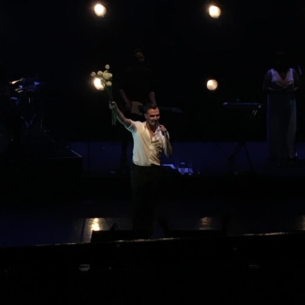 バラをライブで投げちゃうデジポップ伊達男!HURTSのライブを赤坂BLITZで!「THE DESIRE TOUR 2018」