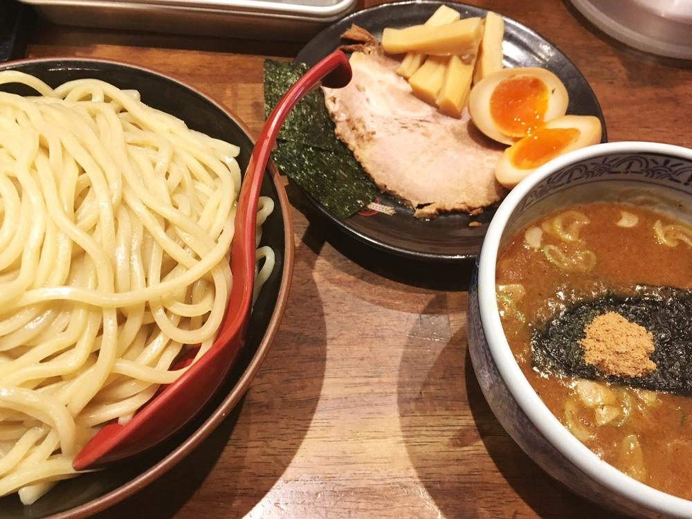 うどんのような太さの麺がボリュームあるなあ「三田製麺所 新宿西口店」