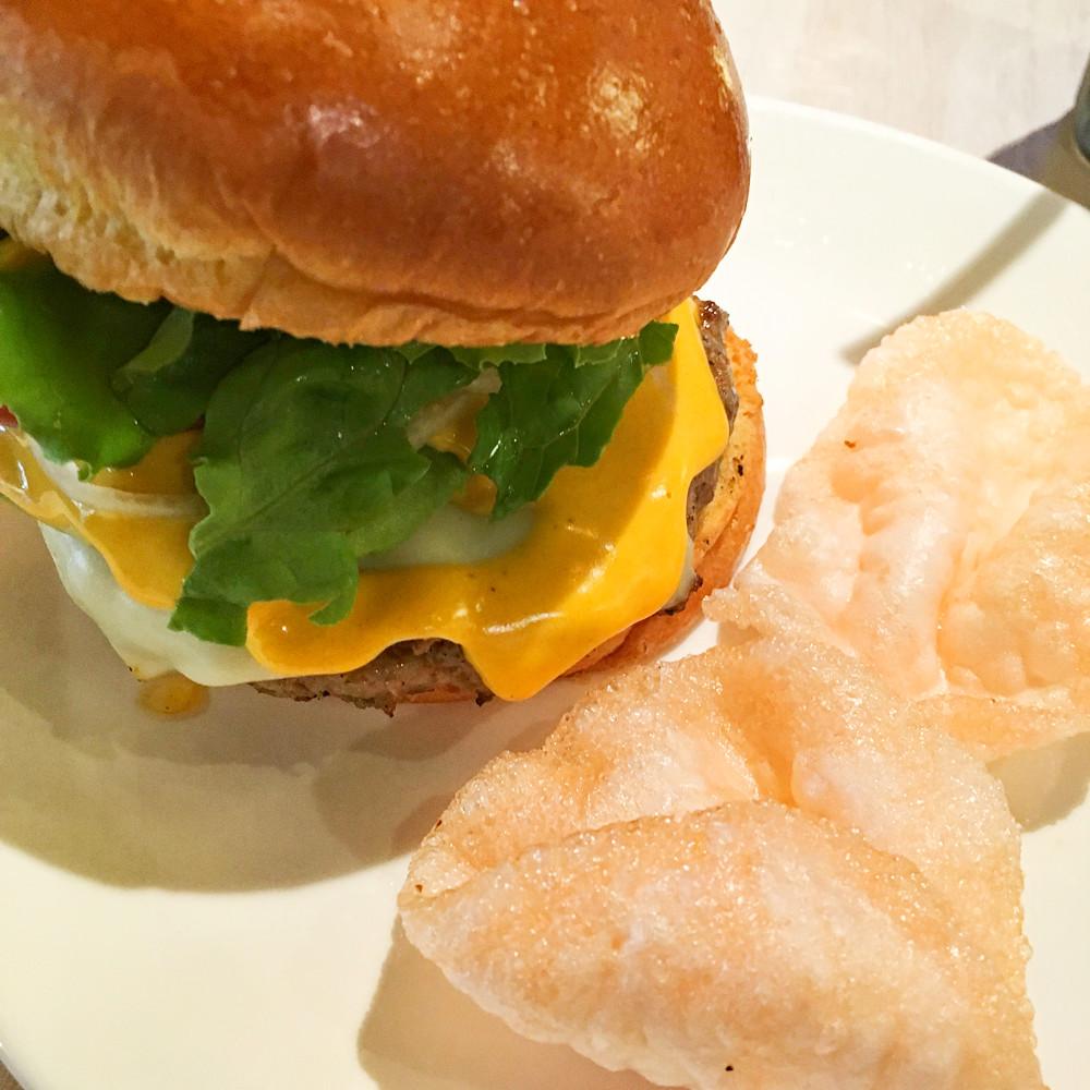 かぶりつけ!肉がジューシーなハワイのハンバーガー「Teddy's Bigger Burgers」