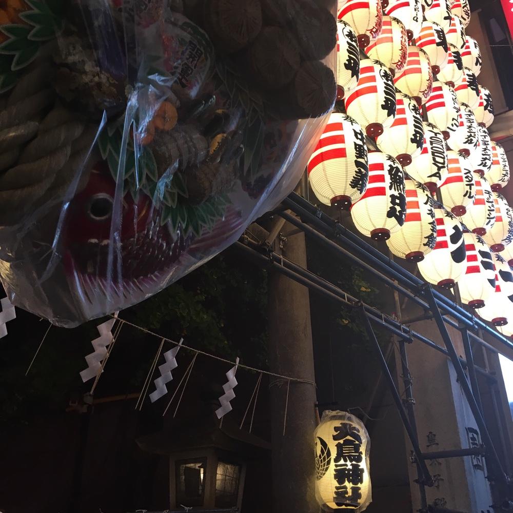 新宿花園神社で酉の市。熊手をアップグレードしてきた。
