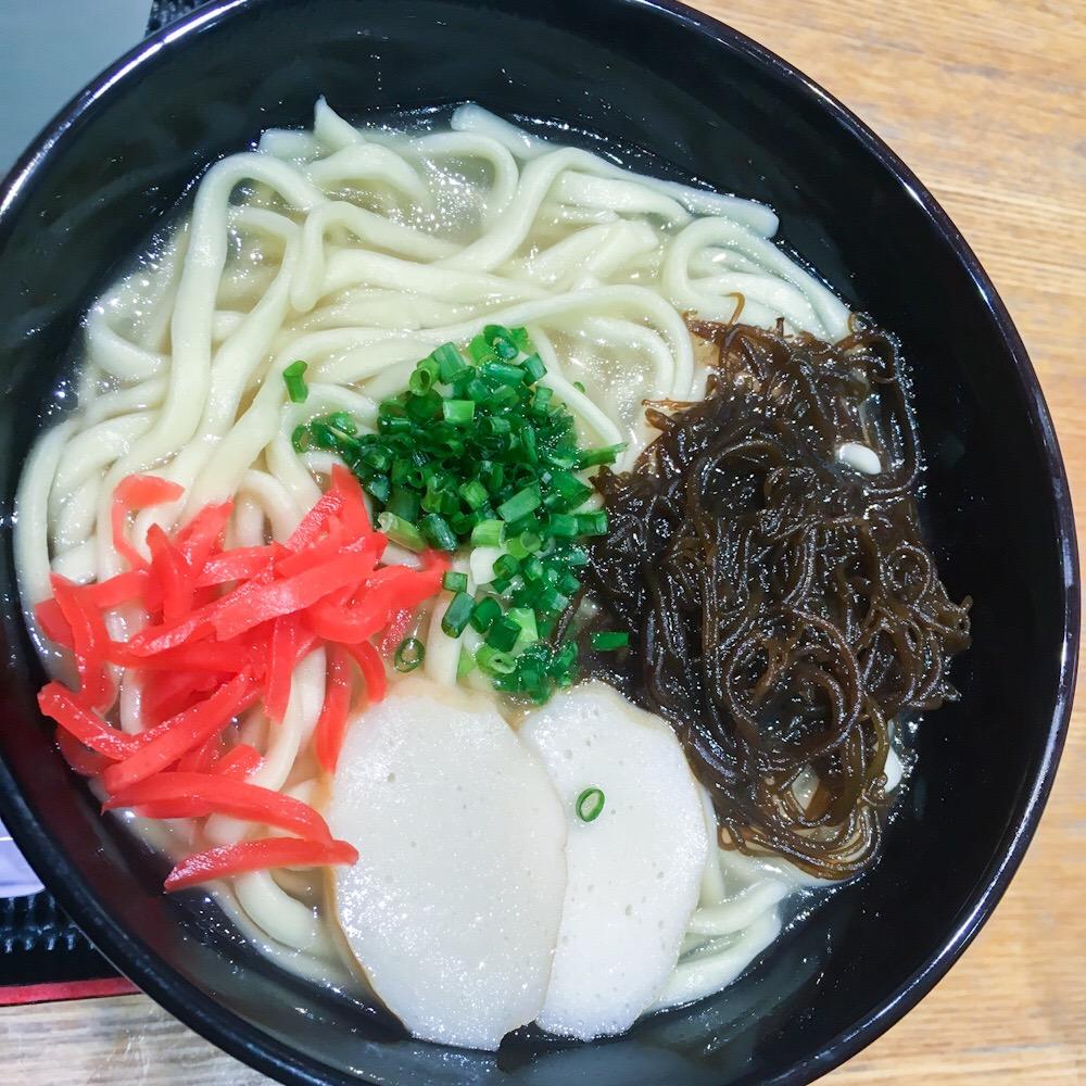 銀座の沖縄アンテナショップ「わしたショップ本店」で食べる「もずく沖縄そば」