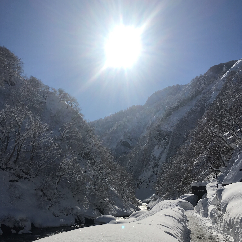 雪の清津峡。ちょうど快晴で綺麗な水面に映る風景が見られた!