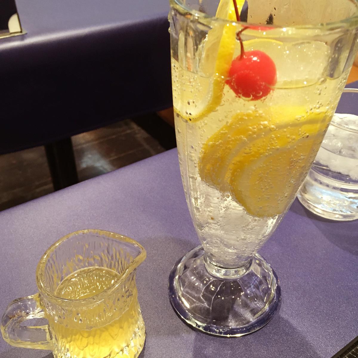 不二家レストランでデザート!レモンの酸味が美味い「はちみつレモンスカッシュ」と蜂蜜で食べる「フルーツソフトクリームあんみつ」