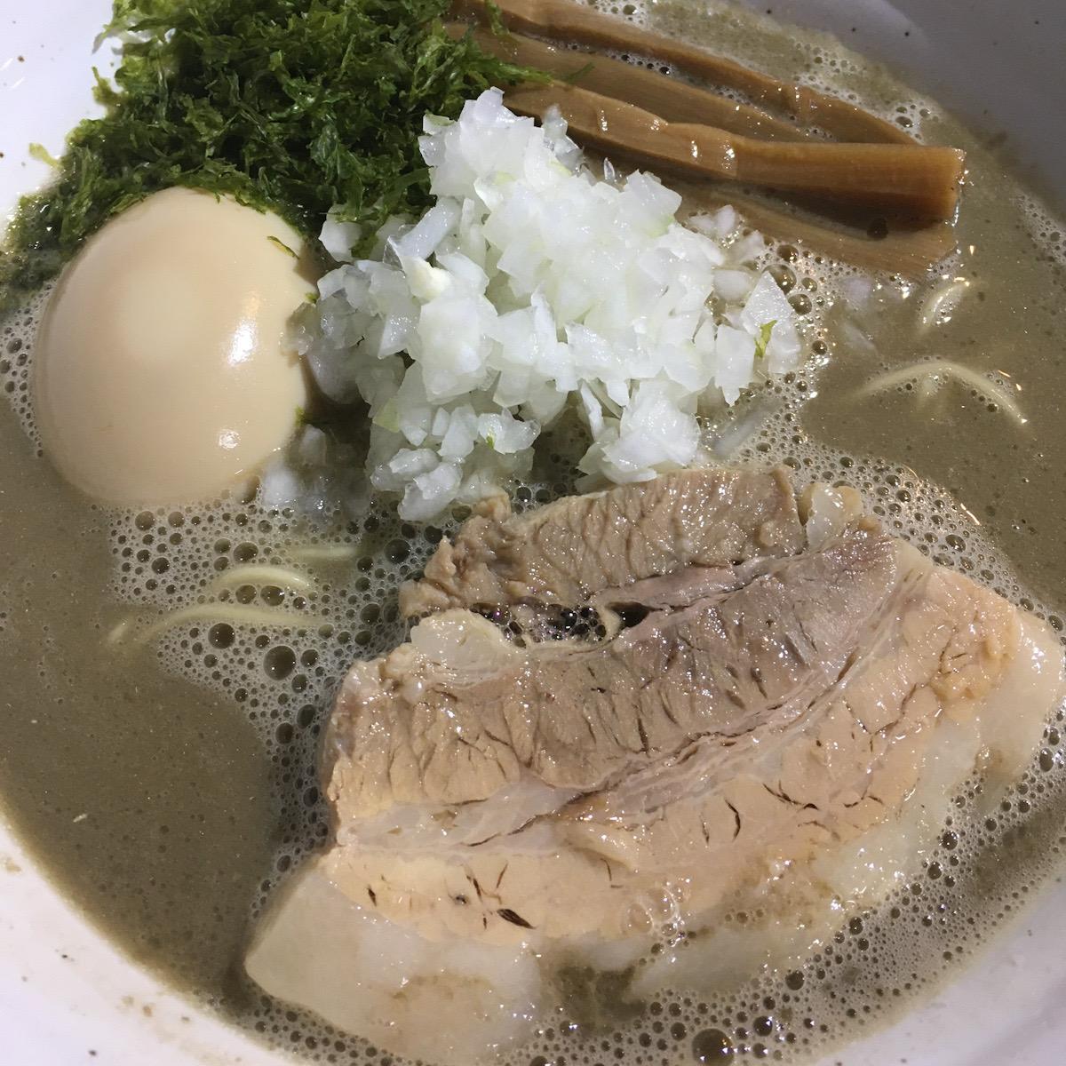 灰色のスープが濃厚すぎる煮干しスープ!ラーメン屋ジョンの味玉濃厚煮干しラーメン!