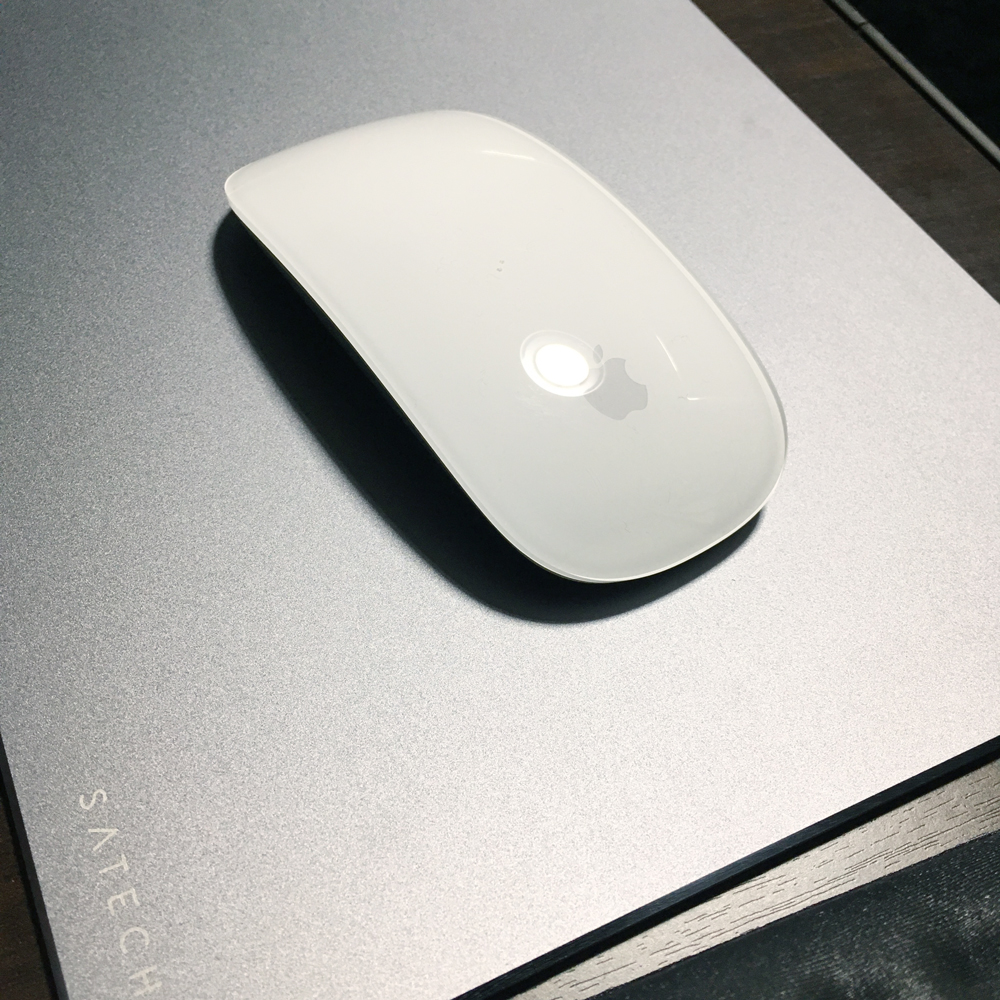 始めてのアルミマウスパッド。「Satechi アルミニウム マウスパッド 滑り止めゴム裏地 (スペースグレイ)」を買いました