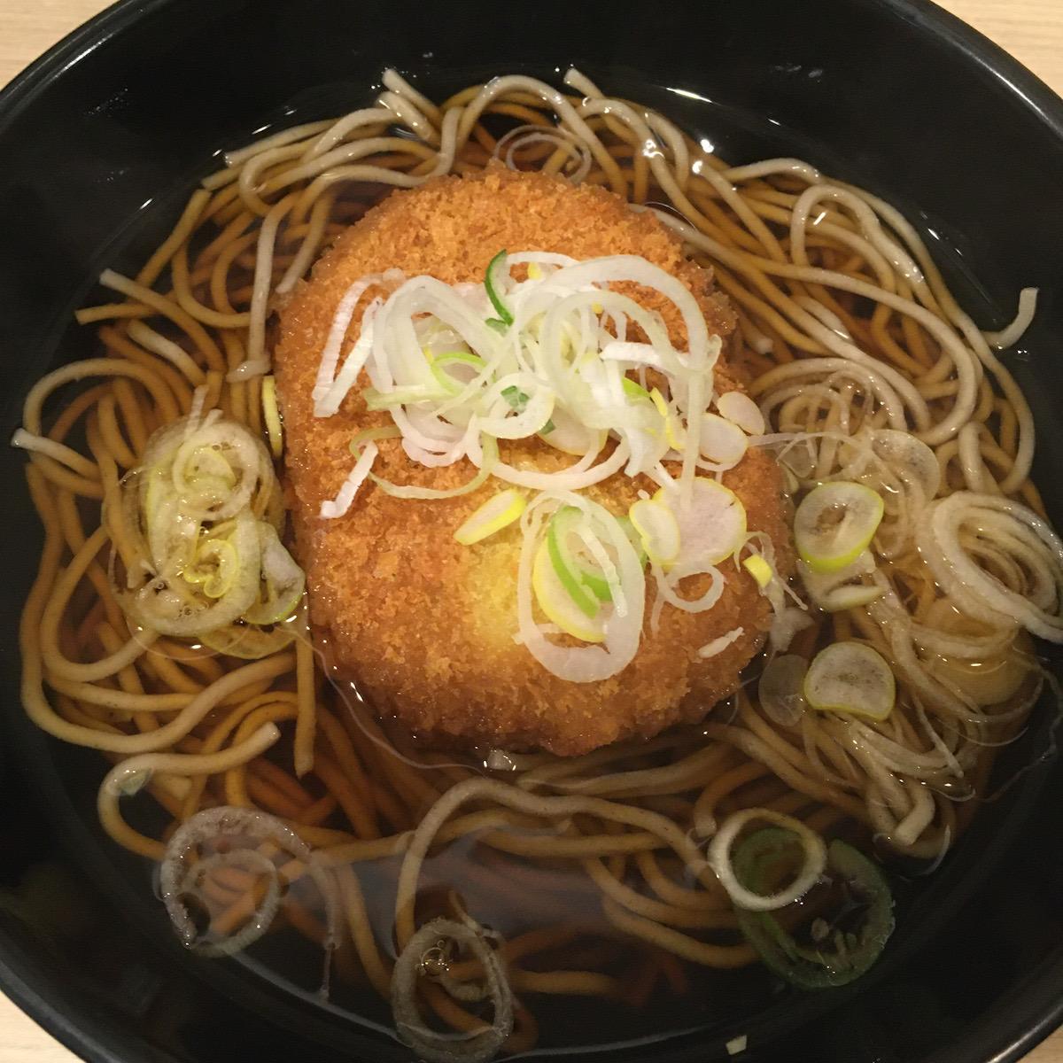 品川駅構内の立ち食いそば「吉利庵」でコロッケそばをいただく。